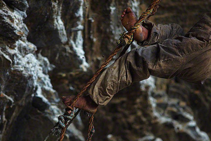 Ces chasseurs de miel du Népal risquent leur vie sur des falaises vertigineuses pour nourrir leur famille