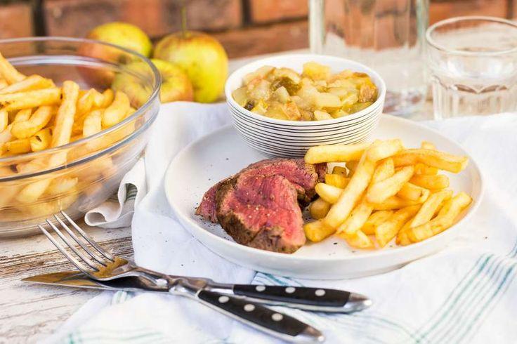 Recept voor kogelbiefstuk voor 4 personen. Met zout, peper, biefstuk, appel, friet en kaneel