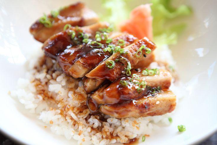 ¿Sabes lo que es el teriyaki? Se trata de una técnica culinaria que consiste en cocinar los alimentos en una salsa dulce, ya sea al horno o a la parrilla.