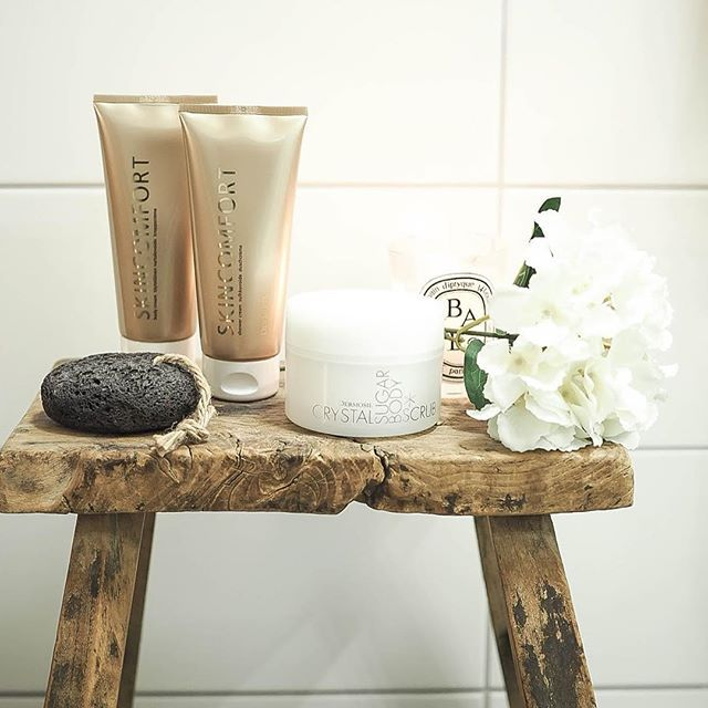 ⭐️Shower cream and body butter from our Christmas package Lady Lynx, and a luxurious sugar scrub from the package Enjoy the Calm. Products to really spoil your wintery skin with! Find them in our webshop⭐️ Photo by @sannainspiredbylove who also wrote a blogpost about them! 👍🏻 #dermosil #unelmienjoulu #dermoshop #homespa #dermosilxmas #drömmarnasjul