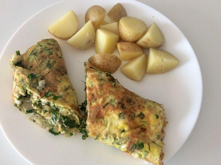 Vaječná omeleta s cibulí a bylinkami (petrželka, pažitka, oregeno, bazalka) a brambory