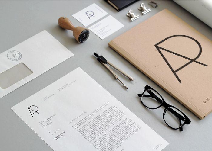 Corporate Design  Das Kölner Architekturbüro  A PANZER wurde 2012 von  Anne Katharina Schulze  und Tim Panzer, Absolventen  der RWTH Aachen, gegründet.  YAGWYD entwickelte die  visuelle Identität des Büros,  mit Anwendung auf die  Geschäftsausstattung.
