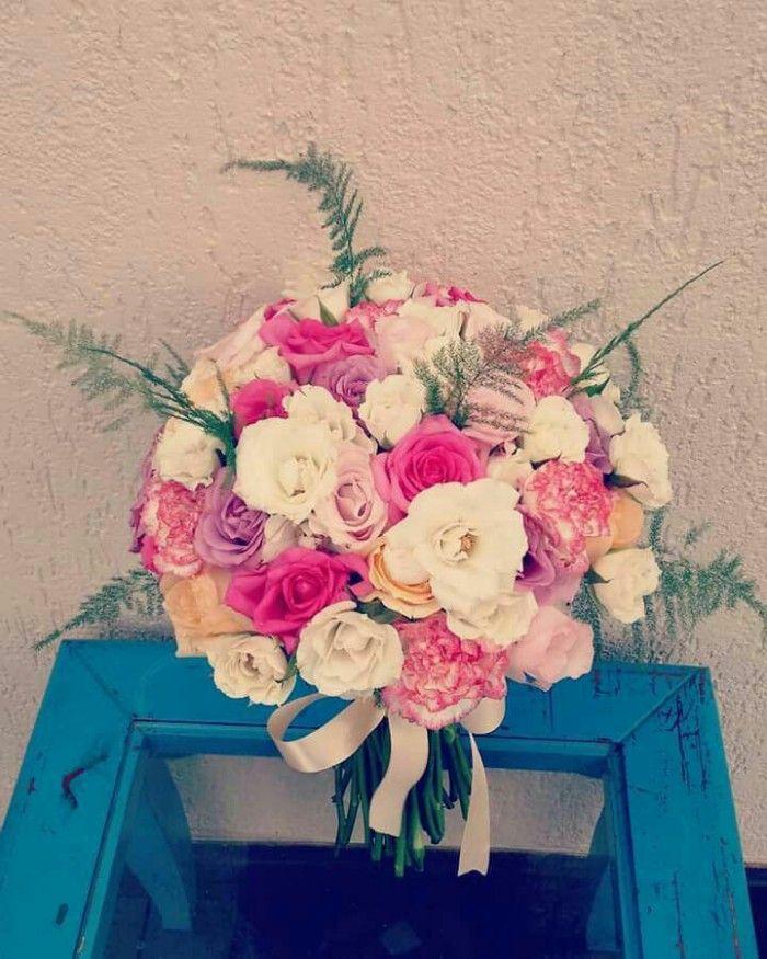 Buquê de noiva nas cores pink, branco, lilás.