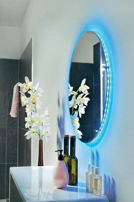 I obyčejné zrcadlo můžete dodatečně vylepšit a zkrášlit. Použijte flexibilní LED pásy, jejichž barvu a intenzitu osvětlení lze měnit pomocí dálkového ovládání. Pásy se dají libovolně krátit nůžkami a upevňují se dodanými lepicími proužky, cena 2410 Kč za 320 mm; CONRAD