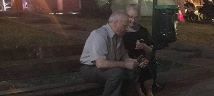 Ζευγάρι ηλικιωμένων από το Γέρακα γίνεται viral -Η φωτογραφία ορισμός της αγάπης [εικόνα]