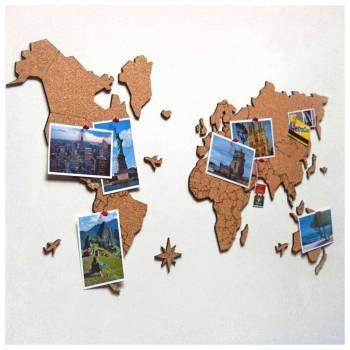 Marque suas viagens, ou pendure fotos e recados no mural do viajante! Mural de cortiça criativo para decorar o ambiente com sua paixão por viagens. O mapa-múndi possui gravação com a divisão dos países e o verso adesivo para fixá-lo de forma ágil e prática. O kit inclui 10 pins-alfinetes especiais.