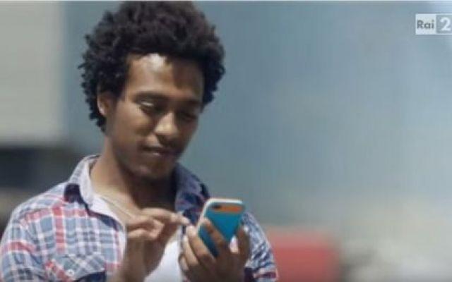 Gaffe razzista nella pubblicità di Vanish? Vanish promuove il bianco da indossare su sfondo bianco per esaltarne il candore: bianco su bianco. Un selfie perché è di moda. Però, il ragazzo nero non indossa vestiti bianchi e non si fa il selfie #vanish #pubblicità #selfie