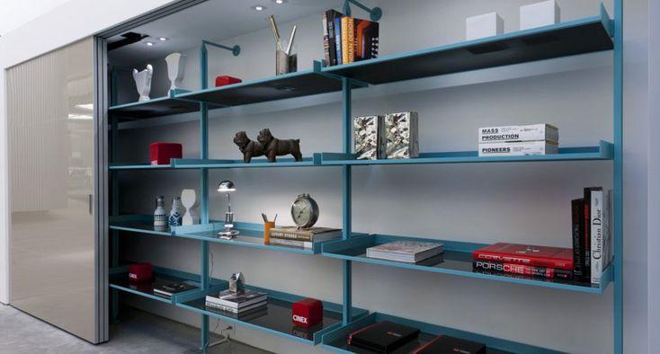 O Home System pode ser composto por prateleiras, cabideiros, calceiro e sapateira, compondo quarto, banheiro, estar ou home office, dependo da configuração.