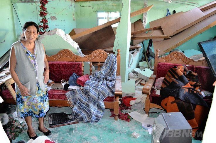 メキシコ南部チアパス(Chiapas)州ウニオンフアレス(Union Juarez)の地震で損壊した自宅の中に立つ女性(2014年7月7日撮影)。(c)AFP/Elizabeth RUIZ ▼8Jul2014AFP 中米でM6.9の地震、メキシコとグアテマラで新生児ら3人死亡 http://www.afpbb.com/articles/-/3019931 #Union_Juarez