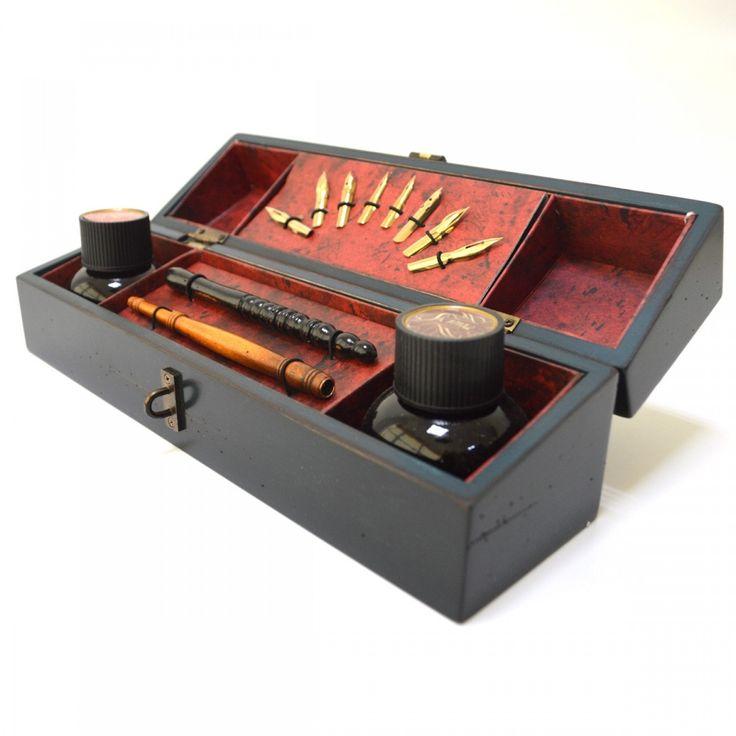 Set de scris Windsor  Set de scris clasic intr-o cutie eleganta de un albastru intens, frumos lustruita si cu incuietoare de bronz.  Setul contine: cerneala, penite, stilou de lemn.  Dimensiune: 29.25 x 8 x 7.5cm