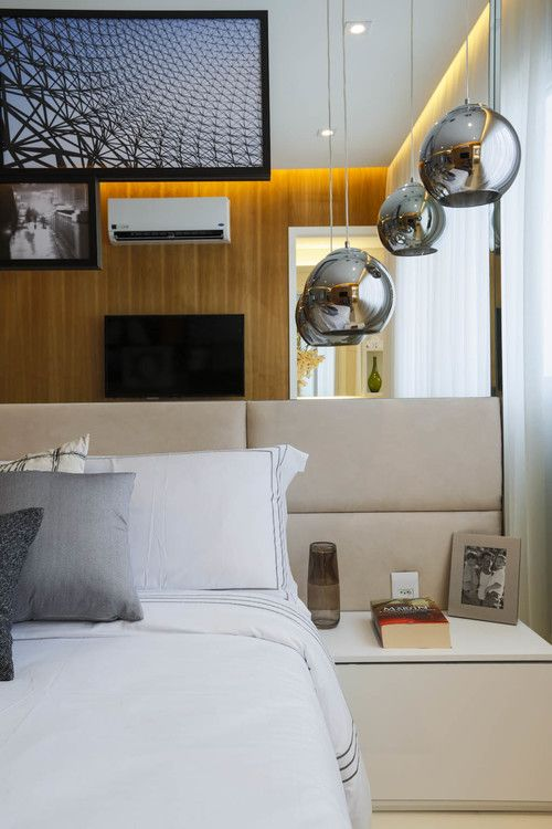 apto 77m RJ sala sofa branco, almofada azul, parede cinza, luminaria azul