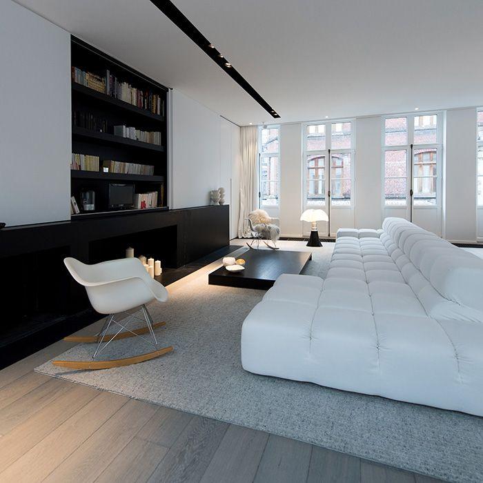 Maison contemporaine design blanc intérieur moderne salon cheminée minimaliste noire canapé