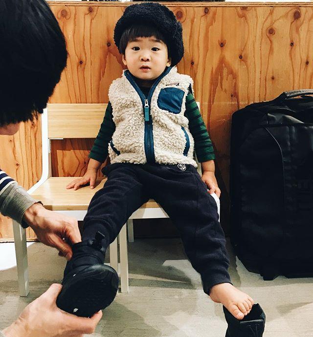 冬支度。雪遊び用にスノーブーツを物色。NORTH FACEでお揃い決定〜。最近の #弊社長 (2歳)は、 #弊スタッフ 葛原が東京出稼ぎ中で出勤していないので《くずはらくん、いないねー》と寂しがっております。 #days