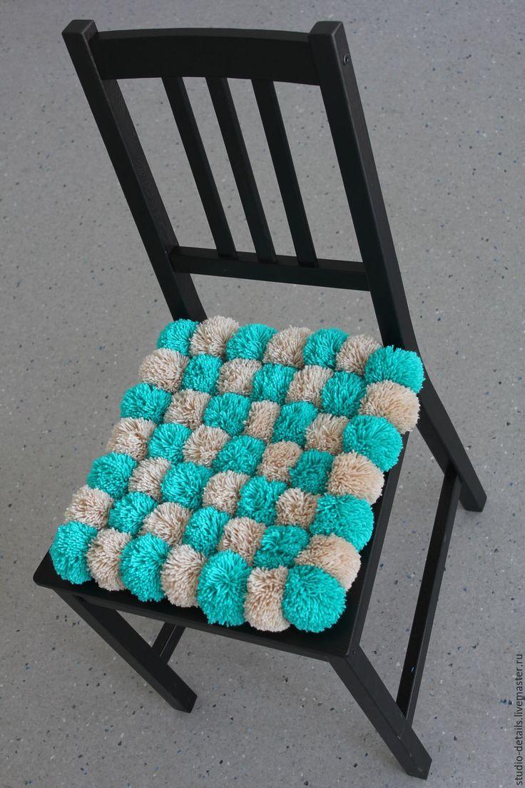 Сидушка на кресло из помпонов, цвет бежевый с бирюзовым,  сидушка на стул, коврик, ковер из помпонов