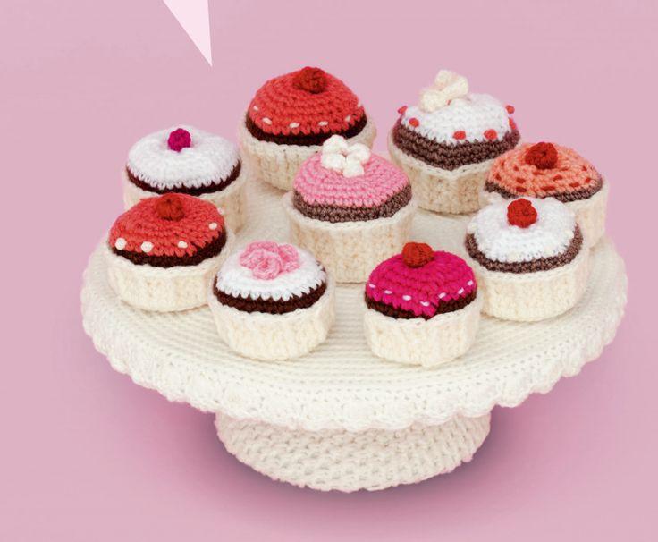 Kijk wat ik gevonden heb op Freubelweb.nl: een gratis haakpatroon van Club Geluk om deze gehaakte cupcakes te maken https://www.freubelweb.nl/freubel-zelf/gratis-haakpatroon-cupcakes/