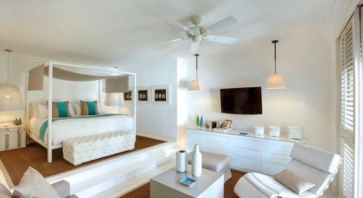 В отеле LUX* Belle Mare к услугам гостей роскошные номера, спа-салон с открытой процедурной зоной и плавательный бассейн площадью 2 000 кв.м.