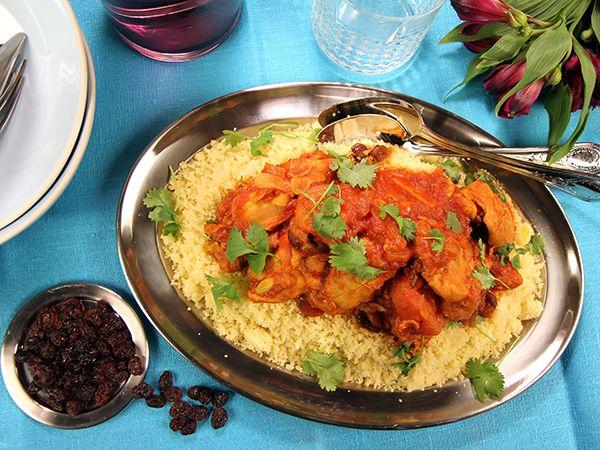 Kryddig marockansk kycklinggryta med aprikoser och russin serveras med couscous och hackad koriander.