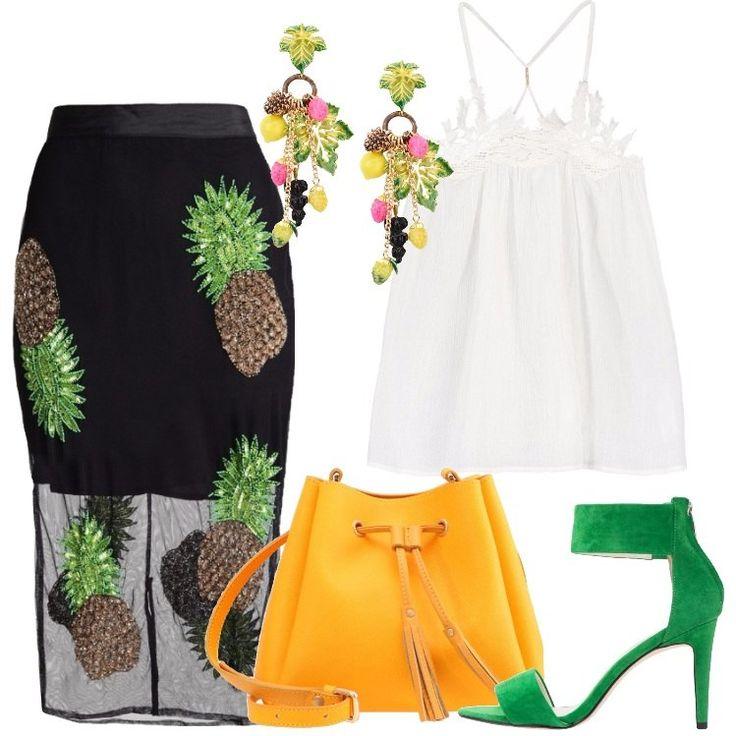 L'outfit è composto da una gonna a tubino, un top bianco, un paio di sandali scamosciati verdi, una borsa a tracolla in pelle e da un paio di orecchini.