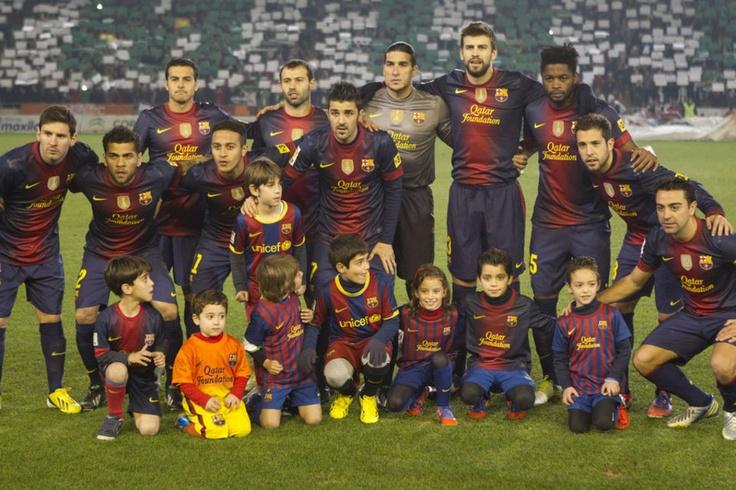 El equipo del Barcelona posa frente a los fotógrafos antes del partido de Copa del Rey frente al Córdoba