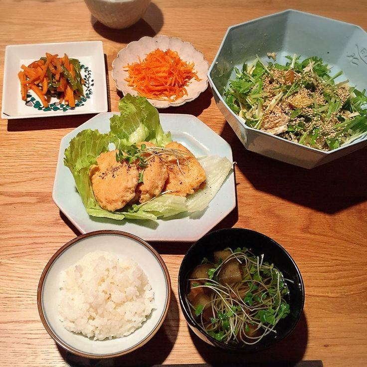 今夜は、お豆腐と鶏挽肉のハンバーグ、具だくさんサラダ(水菜・ささみ・カブ・じゃがいも・切り干し大根・ごま)、人参ナムル、万願寺とうがらしと人参のきんぴら、エリンギと茄子のお吸い物、 #白米 #のはら農研塾 。 #miu_meshi #KIKOF