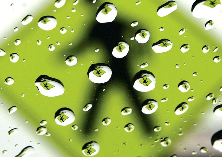 Un paso de peatones signo se refleja en las gotas de lluvia el 22 de febrero de 2013, como una lluvia pasa a través de la Mid-Columbia. (Richard Dickin / Tri-City Herald / Associated Press) #
