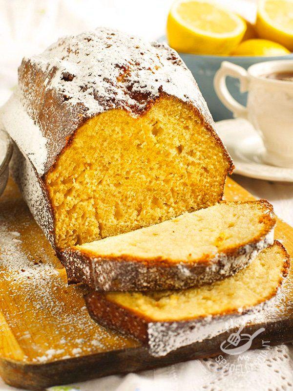 Il Lemon Pound Cake è un dolce morbido al limone, tipicamente americano, che può essere servito anche con una glassa al limone. #plumcakeallimone