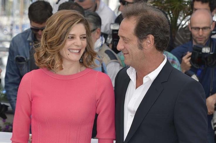 PHOTOS - Cannes 2013 : Chiara Mastroianni, pimpante en rose fluo, et surtout très proche de Vincent Lindon !