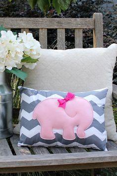 Diese süße kleine Kissen ist das perfekte Accessoire für jedes kleine Mädchens Kinderzimmer oder Schlafzimmer! Jede Mutter-zu-sein wäre begeistert, dies als eine Dusche-Geschenk zu erhalten!  Der Elefant wird von Hand geschnitten aus Wollfilz-Mischung und dann genäht, mit grau-Thread, um eine leichte Baumwolle, grau und weiß Chevron Stoff bedecken. Der Elefant ist leicht gefüllt mit Polyester-Vliese, um es ein wenig Blätterteig geben und dann eine kleine handgemachte Rosa Schleife genäht auf…