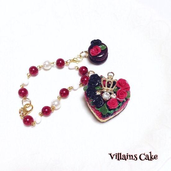 不思議の国のアリスに登場するハートの女王をイメージして作ったハートのモンブランです。赤と黒のトランプの色のようなモンブランにはハートの女王の庭に咲くバラの花をのせました。モンブランのクリームとスポンジケーキの間には女王のドレスをイメージしてレースをあしらい、サブパーツのマカロンにもバラのはなをそえるなど細部にまでこだわった作品となっております。こちらの作品はバッグチャームとしても、ネックレスとしてもお楽しみ頂けます。●カラー:ハートのモンブラン(ハートの女王)●サイズ:ハートのサイズ縦3㎝横3.5㎝ チェーンの長さ20㎝●素材:…