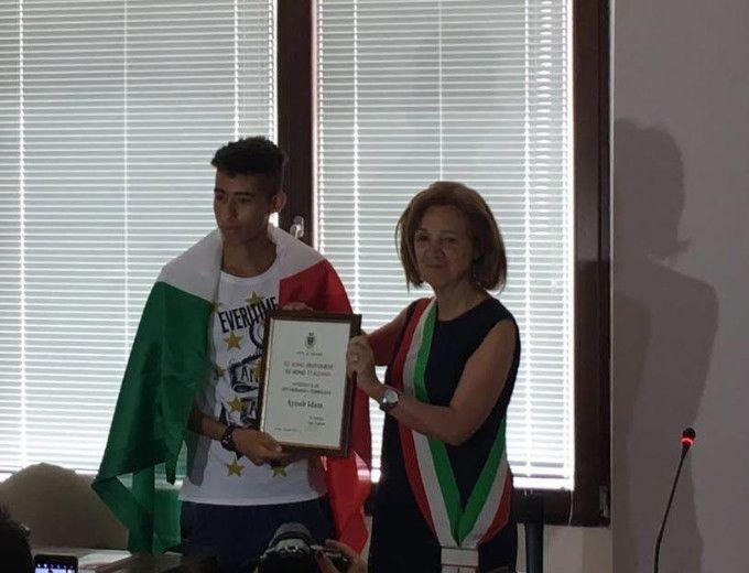 Crotone, conferimento cittadinanza simbolica ad Ayuob Idam campione italiano di atletica - Il sindaco Ugo Pugliese, dopo la vittoria ai campionati italiani, aveva comunicato al ragazzo, la volontà dell'amministrazione di aderire al legittimo desiderio di Ayoub  - http://www.ilcirotano.it/2017/06/29/crotone-conferimento-cittadinanza-simbolica-ad-ayuob-idam-campione-italiano-di-atletica/