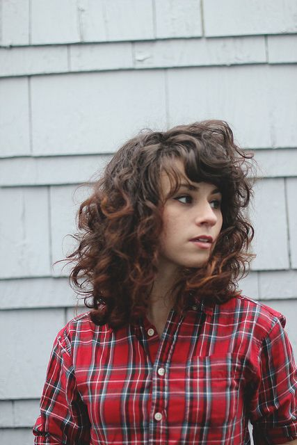 curly routine by Delightfully Tacky, via Flickr Oh I am so mad jely of the way her bangs do that thing
