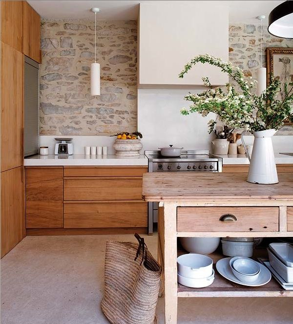 Keukenkasten in terracottapalet bruin, gecombineerd met beiges en licht hout - Open werkblad zonder overhangende kastjes