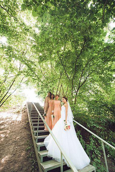 Подружки невесты, платья-трансформеры для подружек невесты, персиковый цвет.  невеста свадебном платье, в европейском стиле на море, невеста в пышном платье. Подружки невесты в платьях трансформерах