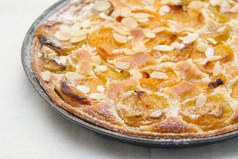 Lekkere en makkelijk abrikozentaart recept met abrikozen uit blik zodat je goedkoop en op elke dag van het jaar kan genieten van een heerlijke, zelf gebakken taart.