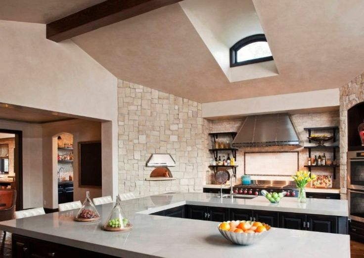 four à bois de cuisine moderne d'intérieur pour faire des pizzas authentiques