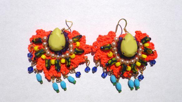 アフリカの女性をイメージした蛍光オレンジのピアスです。綿糸でモチーフを編み、その上から蛍光塗料を塗りつやを出しています。ラインストーンやガラスビーズアクリルビ...|ハンドメイド、手作り、手仕事品の通販・販売・購入ならCreema。