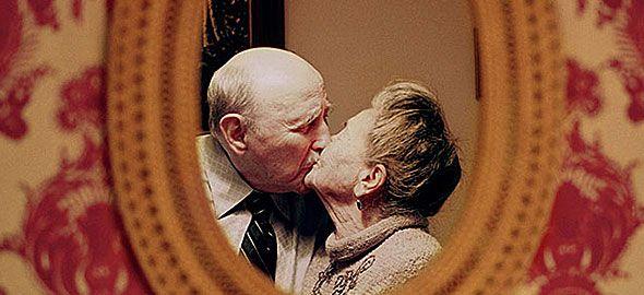 Το πιο τρυφερό φωτογραφικό αφιέρωμα που έχετε ποτέ δει, αφιερωμένο στην αιώνια αγάπη, αποτελείται από ηλικιωμένα ζευγάρια που 50 χρόνια μετά παραμένουν εξίσου ερωτευμένα!