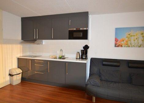 Motel Texel nr. 209/1M  Description: MOTEL TEXEL NR.209/1M Ligging: Op de eerste verdieping van het centraal gelegencomplex Motel Texel in het centrum van het dorp De Koog nabij strand en bos.Accommodatie: Het appartement heeft een woonkamer met kabel-tv dvd en radio/cd-speler.De keuken is volledig uitgerust met o.a. koffiezetapparaat koelkast en magnetron. Er is één slaapkamer met twee 1-pers.bedden en bedbank in de woonkamer 4 x 1-pers.dekbedden douche apart toilet en een balkon. Er is één…