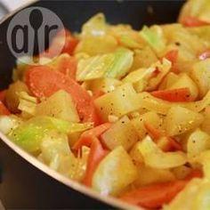 Äthiopischer Kohl - Ein Freund von mir aus Äthiopien hat dieses Gericht mal zu einer Party mitgebracht und ich hab mir sofort das Rezept geben lassen. Es ist total gesund und schmeckt super. Keine extra Flüssigkeit dazugeben – der Kohl und die Kartoffeln haben genug Flüssigkeit.@ de.allrecipes.com