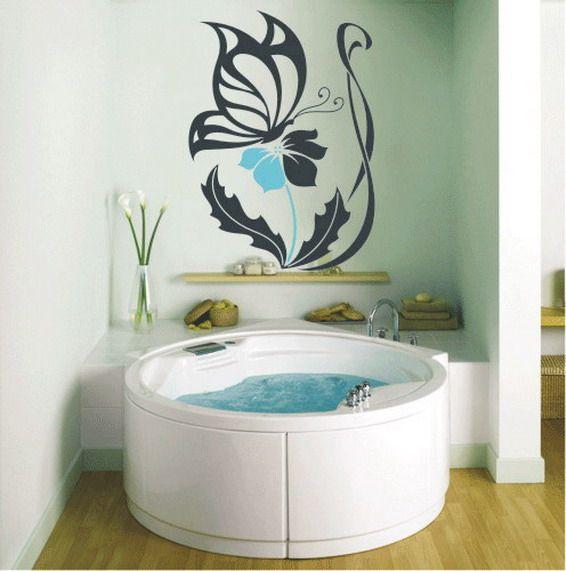 Украшение очень светлого интерьера ванной комнаты контрастным рисунком на стене