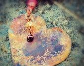 Rame forgiato e inciso a mano, sfumature di colore conferite a fiamma, cristallo Swarovski, perle di fiume, nastro di seta indiana.