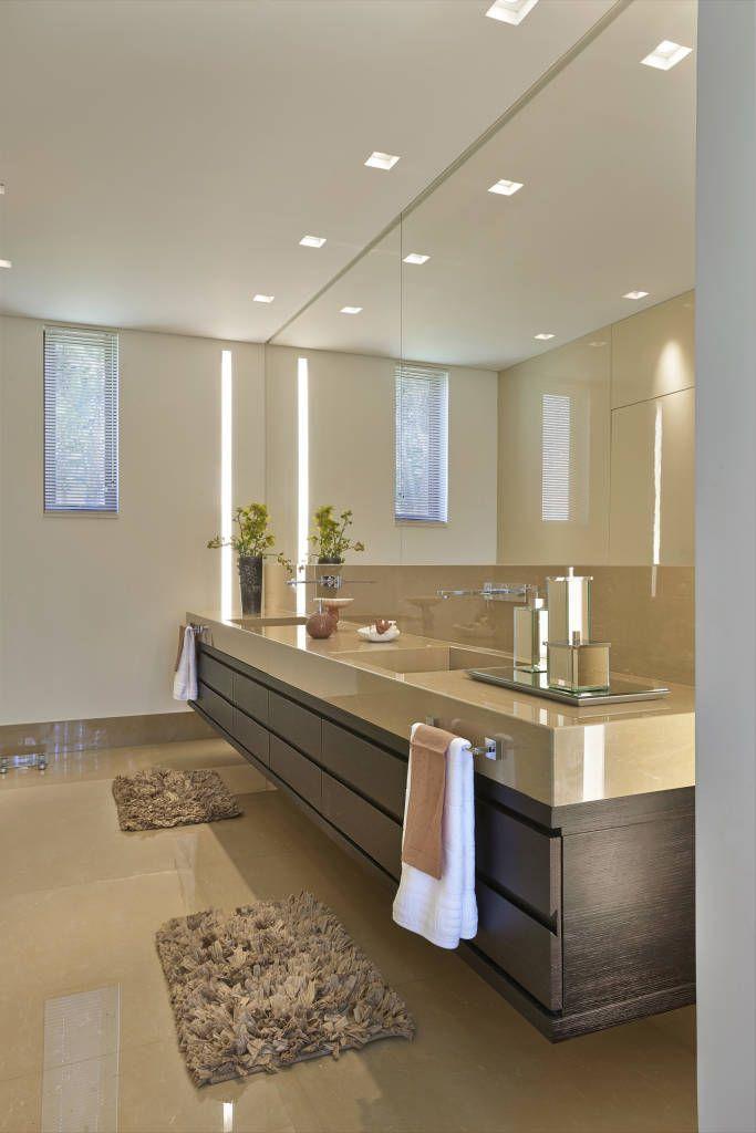 Navegue por fotos de Banheiros Moderno: Lavabo, Casa Amendoeiras.. Veja fotos com as melhores ideias e inspirações para criar uma casa perfeita.
