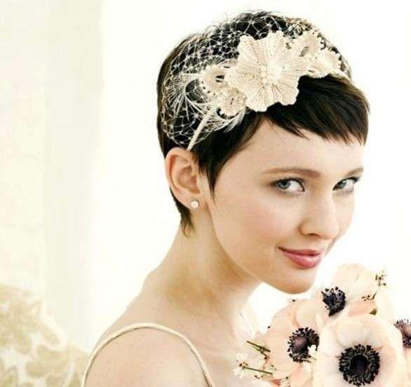 Acconciature sposa per capelli corti - Taglio boyish con cerchietto con fiore e velo