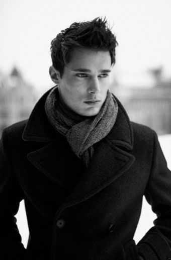 Ok, correct me if I'm wrong, but seriously, scarves are SO attractive on men. Men need more scarves.