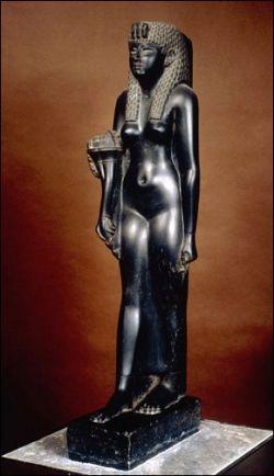 """Statue de Cléopâtre VII datant l'époque ptolémaïque (environs 30 avant J.C.). La statue est en basalte noire.  Cléopâtre était, sans conteste, une femme très obstinée et prête à tout pour son royaume. Elle fut la dernière reine d'Egypte entre 51 et 30 avant J.-C. Cléopâtre est née en 69 avant J.-C. et est la fille de Ptolémée XII. Son nom signifie """"la gloire de son père"""". Son souhait le plus cher est de restaurer la grandeur de l'Egypte face à l'empire romain de plus en plus puissant."""