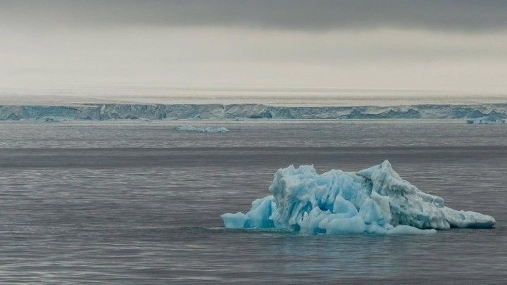》Die Wasserschichten in der Arktischen See vermischen sich zunehmend. Das führt unter anderem dazu, dass vertikal im Wasser nur wenig Nährstoffe ausgetauscht werden. Ursachen sind der Verlust des Meer-Eises in der Arktis und einströmendes warmes Wasser aus dem Atlantik. Die Entwicklung könne tiefgreifende Folgen für das arktische Ökosystem haben.《
