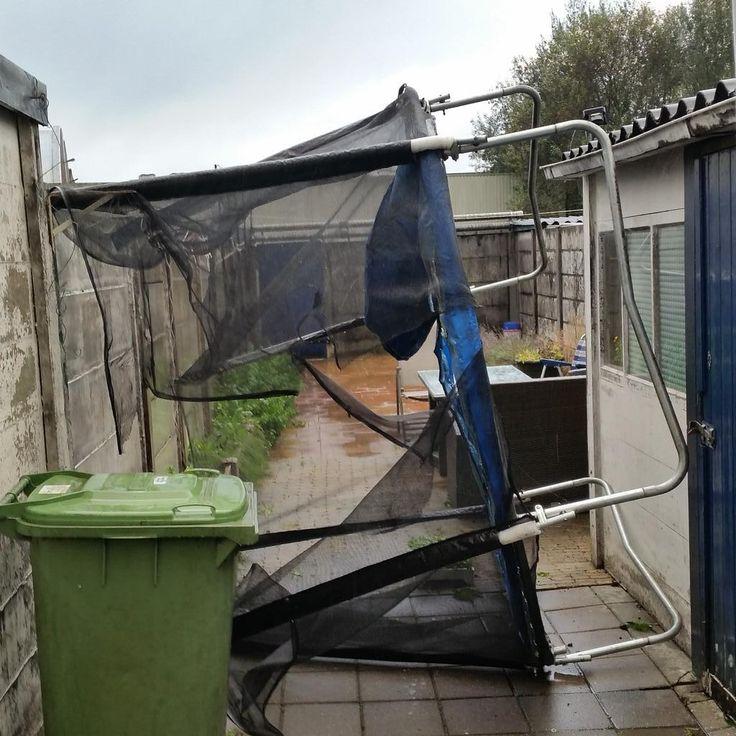 """Marc Balemans op Twitter: """"Dan tref je vanmiddag ineens een aangewaaide trampoline aan in je tuin #storm #isnietvanmij http://t.co/edJn1o2trP"""""""