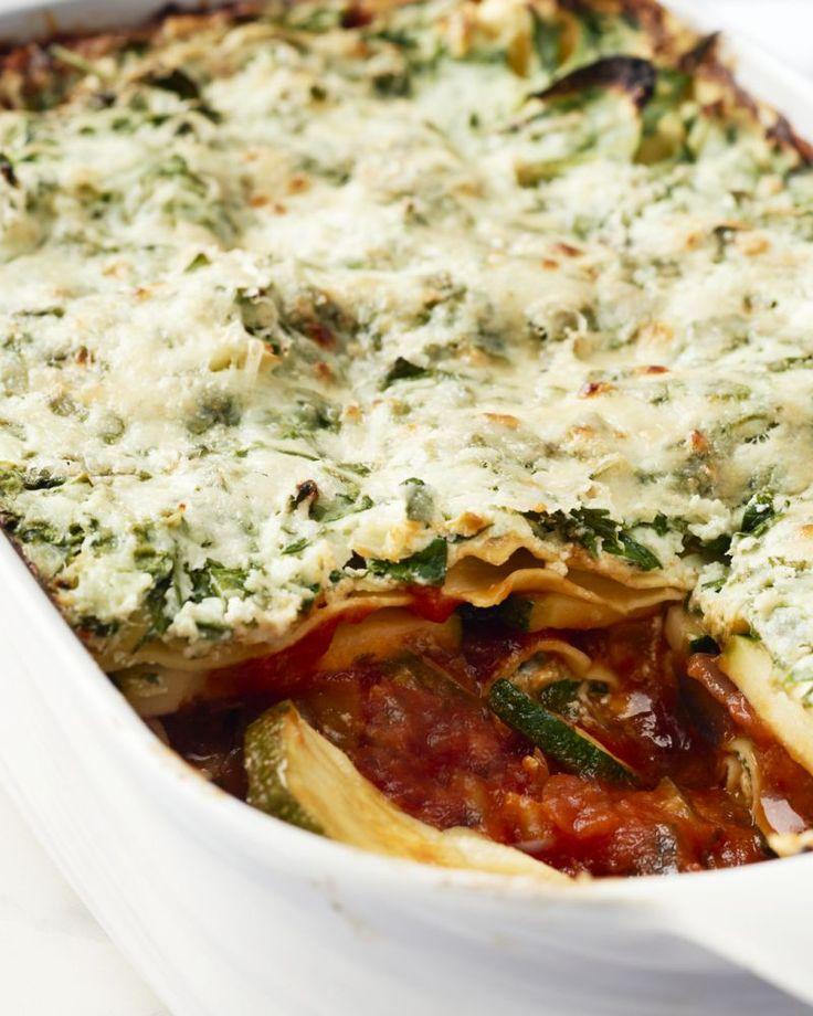 Een heerlijke groentenlasagne met ricotta, spinazie, courgette, rode ui, aubergine en tomatensaus. Een bordje bomvol groenten en smaak. Gezond en lekker!