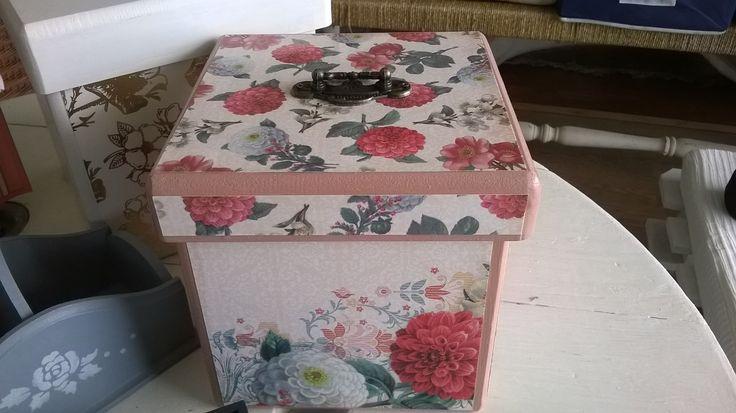 Caja con manilla