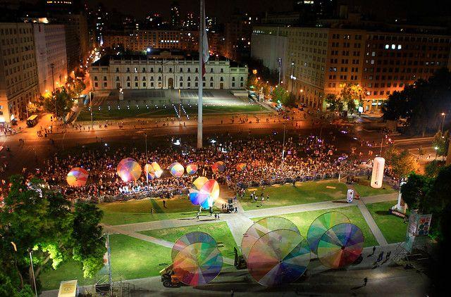 11 de Enero de 2013/SANTIAGO  La obra callejera Las Ruedas de Colores, de la compañía francesa OFF, se presentó esta noche en e centro de Santiago, comenzando su recorrido en calle Santa Rosa, hasta finalizar frente al palacio de La Moneda.  FOTO/MARIO DAVILA/AGENCIAUNO